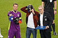 Torwart/Goalie Manuel Neuer (Deutschland Germany) und Thomas Mueller (Deutschland Germany) werden für 100 Länderspiele geehrt - Stuttgart 05.09.2021: Deutschland vs. Armenien, Mercedes-Benz Arena Stuttgart