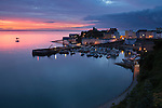 United Kingdom, Wales, Pembrokeshire, Tenby: view over harbour and castle at dawn in Pembrokeshire Coast National Park | Grossbritannien, Wales, Pembrokeshire, Tenby: Hafen und Burg bei Sonnenaufgang, im Pembrokeshire Coast National Park