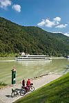 Oesterreich, Oberoesterreich, Engelhartszell: Donauradwanderweg und Donau-Flusskreuzfahrtschiffe | Austria, Upper Austria, Engelhartszell: Danube Bicycle Route and Danube river cruise ships