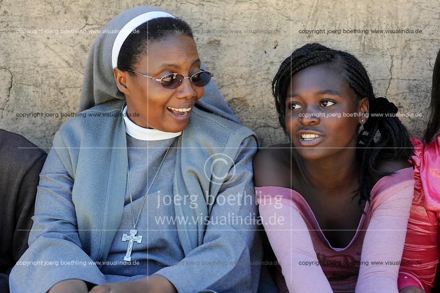 ZAMBIA, copperbelt, town Ndola, township Nkwazig, HIV orphan Concilia, visited by catholic nun / SAMBIA Ndola im Copperbelt, township Nkwazig, katholische Kirche betreibt ein Counselling Center fuer Aids Waisen und -kranke, Schwester Pascalena besucht eine Familie mit Aids Waisen, Maedchen Concilia