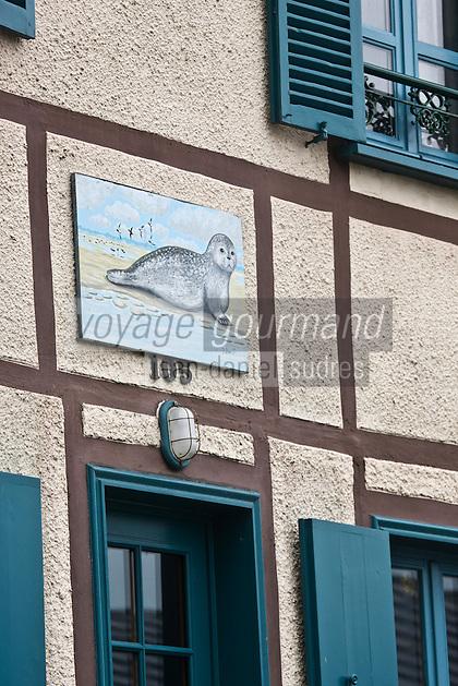 Europe/France/Picardie/80/Somme/Baie de Somme/ Saint-Valery-sur-Somme : détail habitat- peinture représenatnt les phoques de la baie de  Somme à la façade d'une maison