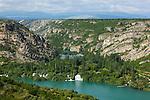 Au nord de Sibenik, la rivière Krka, longue de 72 km est le plus étonnant des cours deau du karst croate. La Krka a creusé dans la couche calcaire un canyon de près de deux cent mètres de profondeur des Alpes dinariques à lAdriatique. On retrouve aussi des cascades formées par des couches de travertins comme à Plitvice mais avec un débit beaucoup plus important.. krka river, 72 km long, digged a deep canyon of 200 m. Krka national park