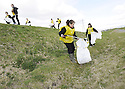 20/04/2010   Copyright  Pic : James Stewart.09_helix_litter  .::  HELIX PROJECT ::  KIDS FROM BRAES HIGH SCHOOL TAKE PART IN THE LITTER PICK AT THE FORTH & CLYDE CANAL BETWEEN LOCK 2 AND THE BLUE BRIDGE ::.