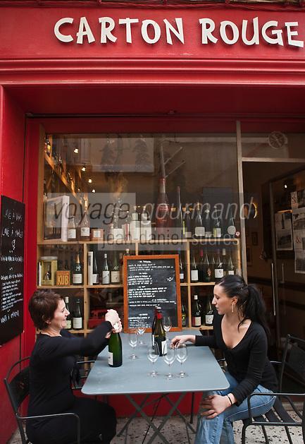 Europe/France/Provence-Alpes-Côte d'Azur/13/Bouches-du-Rhone/Aix-en-Provence: Christine Charvet  et sa fille  - Bar à vin, Caviste: Carton Rouge [Non destiné à un usage publicitaire - Not intended for an advertising use]