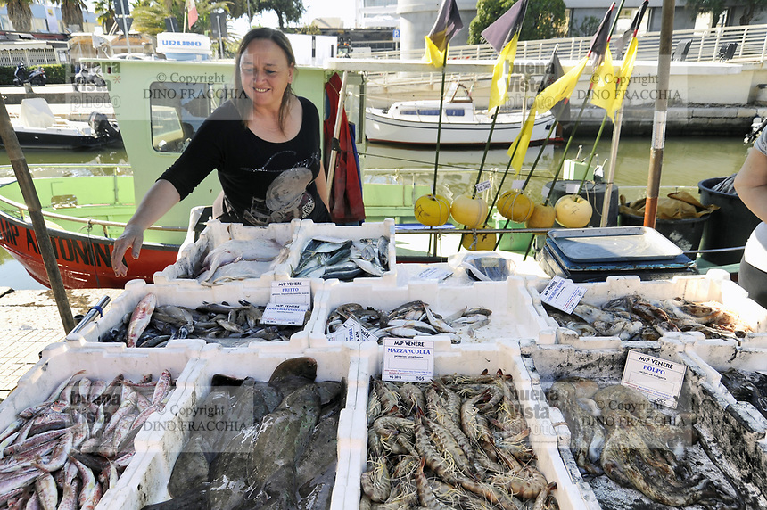 - Viareggio (Toscana), località balneare, porto-canale Burlamacca, mercato del pesce<br /> <br /> - Viareggio (Tuscany), seaside resort, Burlamacca harbor-channel, fish market