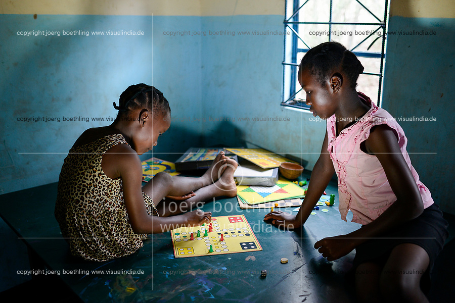 ZAMBIA, District Sinazongwe, children play board game Man don't annoy you / Jugend Zentrum, Kinder spielen Mensch ärger dich nicht