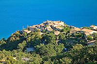 France, Alpes-de-Haute-Provence (04), parc naturel régional du Verdon, le village de Sainte-Croix-de-Verdon qui domine le lac de Sainte-Croix // France, Alpes de Haute Provence, Parc Naturel Regional du Verdon (Natural Regional Park of Verdon), the village of Sainte Croix de Verdon overlooking the St Croix lake