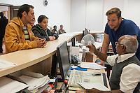 """Die """"Zentrale Aufnahmeeinrichtung des Landes Berlin fuer Asylbewerber"""" (ZAA) des Berliner Landesamt fuer Gesundheit und Soziales (LaGeSo) in der Turmstrasse 21 in Berlin-Moabit. Hier werden alle in Berlin ankommenden Fluechtlinge registriert und bekommen eine Erstversorgung. In dieser Erstaufnahmestelle werden sie auf die vom Land bereitgestellten Unterkuenfte verteilt.<br /> Im Bild: Aus dem Kosovo gefluechtete Roma-Ehepaar.<br /> 24.9.2014, Berlin<br /> Copyright: Christian-Ditsch.de<br /> [Inhaltsveraendernde Manipulation des Fotos nur nach ausdruecklicher Genehmigung des Fotografen. Vereinbarungen ueber Abtretung von Persoenlichkeitsrechten/Model Release der abgebildeten Person/Personen liegen nicht vor. NO MODEL RELEASE! Don't publish without copyright Christian-Ditsch.de, Veroeffentlichung nur mit Fotografennennung, sowie gegen Honorar, MwSt. und Beleg. Konto: I N G - D i B a, IBAN DE58500105175400192269, BIC INGDDEFFXXX, Kontakt: post@christian-ditsch.de<br /> Urhebervermerk wird gemaess Paragraph 13 UHG verlangt.]"""