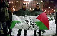 Milano, manifestazione contro l'attacco di Israele alla Striscia di Gaza. Una bandiera della palestina con l'immagine di Yasser Arafat --- Milan, demonstration against the attack of Israel to the Gaza Strip. A flag of palestine with the image of Yasser Arafat