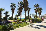 France, Provence-Alpes-Côte d'Azur, Fréjus: cyclists at promenade of beach Plage Fréjus | Frankreich, Provence-Alpes-Côte d'Azur, Fréjus: Radfahrer auf der Promenade am Strand Plage Fréjus