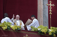 """Pope Francis delivers the """"Urbi et Orbi"""" blessing to the city and to the world from the balcony of St Peter's basilica after the Easter Sunday Mass on April 1, 2018 in Vatican."""