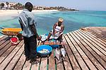 Cabo Verde, Kaap Verdie, KaapVerdie, sal kaapverdie santa maria 2017<br /> Santa Maria, officieel  is een plaats in het zuiden van het Kaapverdische eiland Sal met 6.272 inwoners. Met de opkomst van het toerisme heeft de plaats bekendheid gekregen en is het toerisme de voornaamse inkomstenbron<br /> Kaapverdië, dat behoort tot de geografische regio Ilhas de Barlavento<br />   foto  Michael Kooren<br /> strand Santa Maria  beach boats, fish, fishing, vis steiger, verse vis, vis verkoop , fish sale , fresh fish, tuna, tunafish,