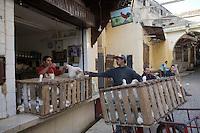Afrique/Afrique du Nord/Maroc/Fèz: Médina de Fèz-El-Bali - Dans les souks prés de la porte bleue les hommes déchargent des volailles dans le quartier des volaillers