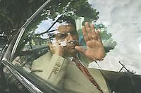 BELEM- 09-07-2001  Senador Jader Barbalho dentro do carro chegando para depor em seu jornal em belem no caso que envolve seu nome na compra de TDAs - foto - Cristino Martins/ O Liberal