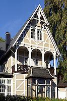 Wolgasthaus Villa Erika im Ostseebad Göhren auf Rügen, Mecklenburg-Vorpommern, Deutschland, Wolgasthäuser aus dem 19. Jh. waren die ersten Fertighäuser