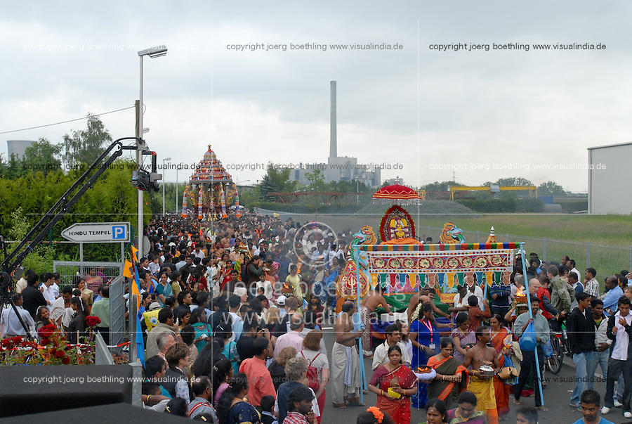 GERMANY Hamm , 20.000 Hindus and tamil and indian refugee from all over europe celebrate annual Hindu festival at Hindu temple with procession prayer and ritual bath / DEUTSCHLAND Nordrhein-Westfalen Hamm , Hindufestival am groessten Hindutempel Europas im Gewerbegebiet Hamm Uentrop , ca. 20.000 Tamilen und Inder aus Europa feiern die Hindu Gottheit Ampal Kamachi mit Gebet Prozession rituellem Bad im Ruhr Kanal und Jahrmarkt - WEITERE MOTIVE ZU DIESEM THEMA SIND VORHANDEN!! MORE PICTURES ON THIS SUBJECT AVAILABLE!