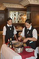 """Afrique/Afrique du Nord/Maroc/Rabat: Hotel Sofitel Diwan- Restaurant """"La Brasserie"""" - Préparation en salle et service au guéridon - des crèpes Suzette"""