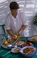 Afrique/Maghreb/Maroc/Essaouira : Villa Maroc, Fatima Zohra la cuisinière de la Villa prépare ses délicieuses boulettes de mostelle à la tomate [Non destiné à un usage publicitaire - Not intended for an advertising use]