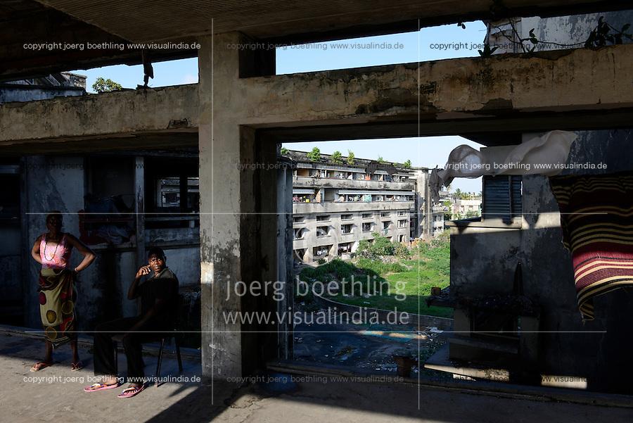 MOZAMBIQUE, Beira, Grande Hotel, five star luxury hotel, opened 1955 during portuguese colonial time, during civil war used by  army, police and as prison, since 1981 occupied by 2000-3000 squatters / MOSAMBIK, Beira, Grand Hotel Beira, wurde 1955  in der portugiesischen Kolonialzeit eroeffnet, im Buergerkrieg wurde es durch Armee, Polizei und als Gefaengnis genutzt, seit 1981 wird es von 2000-3000 Obdachlosen ohne Strom-, Abwasser- und Wasserversorgung bewohnt