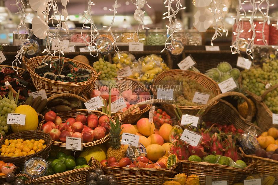 """Europe/France/Ile-de-France/75007/Paris: """"La Grande Epicerie de Paris"""" Le Bon Marché -détail des étals pour Noêl- Etalage des Fruits exotiques"""