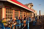 United States of America, California, Santa Barbara County, Santa Barbara: Santa Barbara Shellfish Company restaurant on Stearns Wharf | Vereinigte Staaten von Amerika, Kalifornien, Santa Barbara County, Santa Barbara: Santa Barbara Shellfish Company Restaurant auf der Stearns Wharf