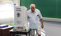 ATENCAO EDITOR FOTO EMBARGADA PARA VEICULO INTERNACIONAL - SAO PAULO, SP, 27 OUTUBRO 2012 - ELEICOES SP - Publico e visto registrando seu voto no Colegio Santa Cruz na regiao oeste da capital paulista neste domingo. FOTO: VANESSA CARVALHO - BRAZIL PHOTO PRESS.