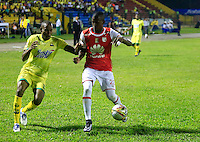 FLORIDABLANCA - COLOMBIA -14 -02-2016: Jair Palacios (Izq.) jugador de Atletico Bucaramanga disputa el balón con Cristian Borja (Der.) jugador de Independiente Santa Fe, durante partido entre Atletico Bucaramanga e Independiente Santa Fe, por la fecha 3 de la Liga Aguila I 2016, jugado en el estadio Alvaro Gomez Hurtado de la ciudad de Floridablanca.  / Jair Palacios (L) player of Atletico Bucaramanga fights for the ball with Cristian Borja (R) player of Independiente Santa Fe, during a match between Atletico Bucaramanga and Independiente Santa Fe, for the date 3 between of the Liga Aguila I 2016 at the Alvaro Gomez Hurtado stadium in Floridablanca city. Photo: VizzorImage.  / Duncan Bustamante / Cont.