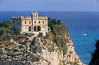 Europe/Italie/ Calabre: Tropéa: Ancien Sanctuaire bénédictin  De Santa Maria deII'isola sur son ilot rocheux