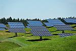 Deutschland, Niederbayern, bei Ascholtshausen: Stromgewinnung durch Solarzellen auf der gruenen Wiese | Germany, Lower Bavaria, near Ascholtshausen: solar cells