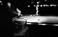 Billard in im New Yorker Bezirk Soho.<br /> New York City, 29.12.1998<br /> Copyright: Christian-Ditsch.de<br /> [Inhaltsveraendernde Manipulation des Fotos nur nach ausdruecklicher Genehmigung des Fotografen. Vereinbarungen ueber Abtretung von Persoenlichkeitsrechten/Model Release der abgebildeten Person/Personen liegen nicht vor. NO MODEL RELEASE! Don't publish without copyright Christian-Ditsch.de, Veroeffentlichung nur mit Fotografennennung, sowie gegen Honorar, MwSt. und Beleg. Konto:, I N G - D i B a, IBAN DE58500105175400192269, BIC INGDDEFFXXX, Kontakt: post@christian-ditsch.de]