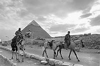 - Egitto, Il Cairo, ottobre 1986, piramidi di Giza<br /> <br /> <br /> <br /> - Egypt, Cairo, October 1986, pyramids of Giza