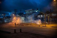 BOGOTA - COLOMBIA, 20-07-2021: un joven manifestante camina entre los gases lacrimógenos lanzados por el ESMAD de la policía en el sector de Usme hoy, 20 de julio de 2021, en Bogotá durante la conmemoración del día de independencia de Colombia en el cual siguen las protestas del paro nacional que nuevamente convocó movilizaciones para protestar por el gobierno del presidente Duque. / a young protester walks among the tear gas fired by the police ESMAD in the Usme sector today, today, July 20, 2021, in Bogotá during the commemoration of Colombia's independence day in which the protests of the national strike that again called mobilizations to protest the government of President Duque. Photo: VizzorImage / Diego Cuevas / Cont. Photo: VizzorImage / Diego Cuevas / Cont