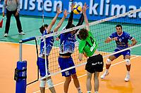GRONINGEN - Volleybal, Lycurgus - SSS , Eredivisie, Martiniplaza, seizoen 2021-2022,  03-10-2021,  SSS speler Tom Koops slaat de bal in het blok met Lycurgus speler Niels de Vries