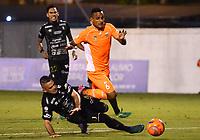 ENVIGADO -COLOMBIA-09-05-2017: Brayan Rovira (Der) jugador de Envigado FC disputa el balón con Jose Ramirez (Izq) jugador de Once Caldas durante partido por la fecha 17 de la Liga Águila I 2017 realizado en el Polideportivo Sur de la ciudad de Envigado. / Brayan Rovira (R) player of Envigado FC fights for the ball with Jose Ramirez (L) player of Once Caldas during match for the date 17 of the Aguila League I 2017 played at Polideportivo Sur in Envigado city.  Photo: VizzorImage/ León Monsalve /Cont