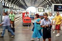 Milano, stazione centrale. Lavoratori e viaggiatori --- Milan, central station. Workers and travelers