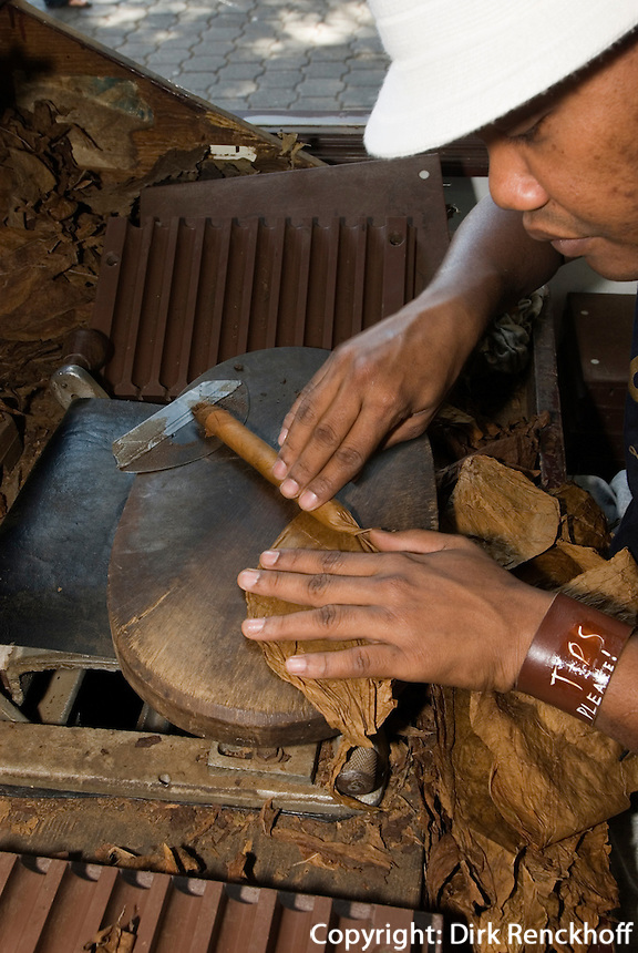 Dominikanische Republik, Zigarrenherstellung in Santo Domingo am Parque de Colon