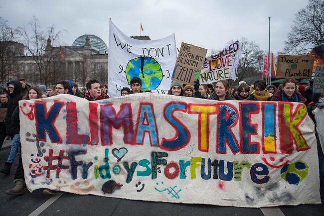 """Tausende Schuelerinnen und Schueler streikten am Freitag den 25. Januar 2019 in Berlin unter dem Motto #FridaysForFuture fuer einen Ausstieg aus der Kohlepolitik. """"Heute verhandelt die Kohlekomission über den Kohleausstieg, und damit ueber unsere Zukunft. Die Menschen, die heute diese Entscheidungen treffen, werden die langfristigen Folgen ihrer Entscheidungen nicht mehr erleben.""""<br /> Im Bild: Die Schuelerinnen und Schuler ziehen mit der Demonstration am Reichstag vorbei.<br /> 25.1.2019, Berlin<br /> Copyright: Christian-Ditsch.de<br /> [Inhaltsveraendernde Manipulation des Fotos nur nach ausdruecklicher Genehmigung des Fotografen. Vereinbarungen ueber Abtretung von Persoenlichkeitsrechten/Model Release der abgebildeten Person/Personen liegen nicht vor. NO MODEL RELEASE! Nur fuer Redaktionelle Zwecke. Don't publish without copyright Christian-Ditsch.de, Veroeffentlichung nur mit Fotografennennung, sowie gegen Honorar, MwSt. und Beleg. Konto: I N G - D i B a, IBAN DE58500105175400192269, BIC INGDDEFFXXX, Kontakt: post@christian-ditsch.de<br /> Bei der Bearbeitung der Dateiinformationen darf die Urheberkennzeichnung in den EXIF- und  IPTC-Daten nicht entfernt werden, diese sind in digitalen Medien nach §95c UrhG rechtlich geschuetzt. Der Urhebervermerk wird gemaess §13 UrhG verlangt.]"""