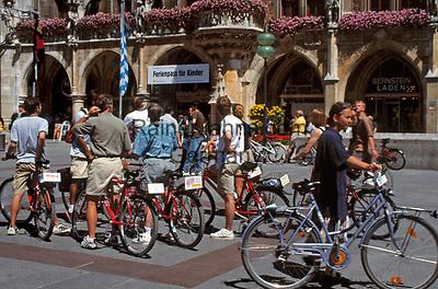 Deutschland, Bayern, Oberbayern, Muenchen: Radfahrerfreundliche Stadt, Radfahrer vorm Neuen Rathaus am Marienplatz   Germany, Bavaria, Upper Bavaria, Munich: Cyclists in front of New Cityhall at Marien Square