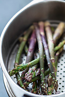 Gastronomie générale/ Diététique/ Asperge Violette bio d'Anjou: Une asperge violette est une asperge blanche dont l'extrémtité à été en contacte avec la lumière pour donner un bourgeon violet. //  General gastronomy / Dietetics / Organic purple asparagus from Anjou: A purple asparagus is a white asparagus whose end has been in contact with light to give a purple bud.