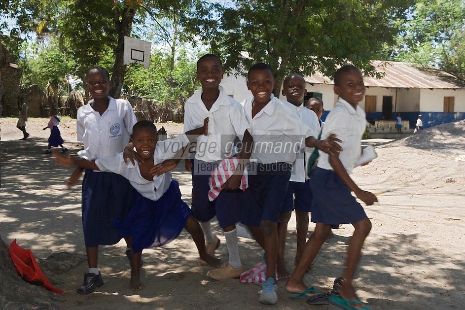 Afrique/Afrique de l'Est/Tanzanie/Bagamoyo: ecolier à la sortie des cours