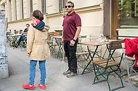 """Blindentrainer Juan Ruiz motiviert als Coach Kinder und Jugendliche mit Sehbehinderung und lehrt ihnen unter anderem mit einer einzigartigen Technik durch Klicklaute sich raeumlich zu orientieren. Der 38-Jaehrige gebuertige Mexikaner ist von Geburt an blind und hat den Grand Canyon durchwandert, Gebirge erklommen und haelt den Weltrekord im blinden Mountainbiken.<br /> Im Bild: Juan Ruiz in Berlin beim Choaching mit der 10-Jaehrigen Violet. Hier erklaert Juan Ruis Violet raumliches Hoeren.<br /> Die Eltern des Maedchens haben den Verein """"Anderes Sehen e.V."""" gegruendet. Ziel des Vereins ist die Durchsetzung fortschrittlicherer Foerderung blinder Kinder und besserer Voraussetzungen eines selbstbestimmten Lebens blinder Menschen.<br /> 17.5.2019, Berlin<br /> Copyright: Christian-Ditsch.de<br /> [Inhaltsveraendernde Manipulation des Fotos nur nach ausdruecklicher Genehmigung des Fotografen. Vereinbarungen ueber Abtretung von Persoenlichkeitsrechten/Model Release der abgebildeten Person/Personen liegen nicht vor. NO MODEL RELEASE! Nur fuer Redaktionelle Zwecke. Don't publish without copyright Christian-Ditsch.de, Veroeffentlichung nur mit Fotografennennung, sowie gegen Honorar, MwSt. und Beleg. Konto: I N G - D i B a, IBAN DE58500105175400192269, BIC INGDDEFFXXX, Kontakt: post@christian-ditsch.de<br /> Bei der Bearbeitung der Dateiinformationen darf die Urheberkennzeichnung in den EXIF- und  IPTC-Daten nicht entfernt werden, diese sind in digitalen Medien nach §95c UrhG rechtlich geschuetzt. Der Urhebervermerk wird gemaess §13 UrhG verlangt.]"""
