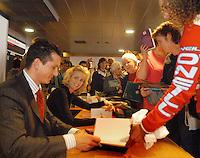 14-02-2005,Rotterdam, ABNAMROWTT , Richard Krajicek en Daphne Deckers samen aan het boeken signeren