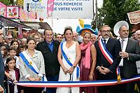 Jean-Pierre PERNAUT (parrain de la fete des loges) entoure des reines de la fete, Estelle MOSSELY (enceinte), Arnaud PERICARD (maire), Xavier SAGUET - INAUGURATION FETE DES LOGES SAINT-GERMAIN-EN-LAYE - 01/07/2017 - France