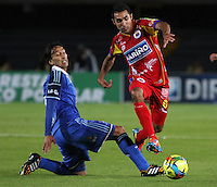 BOGOTA -COLOMBIA, 16 -AGOSTO-2014. Rafael Robayo ( Izq) de  Millonarios disputa el balón con  Hugo Acosta ( Der ) del Deportivo Pasto durante partido de la  quinta  fecha  de La Liga Postobón 2014-2. Estadio Nemesio Camacho El Campin  . /  Rafael Robayo (L ) of Millonarios   fights for the ball with  Hugo Acosta  of Deportivo Pasto during match of the 5th date of Postobon  League 2014-2. Nemesio Camacho El Campin  Stadium. Photo: VizzorImage / Felipe Caicedo / Staff