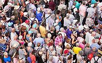 Nederland - Almere - Augustus 2018.    De tweede editie van het Forever Young Festival.  Het Forever Young Festival is een gratis festival met veel activiteiten en optredens voor 65-plussers. Drukte bij de loterij.       Foto Berlinda van Dam / Hollandse Hoogte