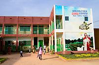 BURKINA FASO , Bobo Dioulasso, Good Shepherd Sisters / Die Schwestern vom Guten Hirten, Kindergarten, Eltern holen Kinder ab