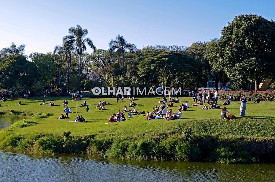 Pessoas no Parque do Ibirapuera. Sao Paulo. 2014. Foto de Juca Martins.