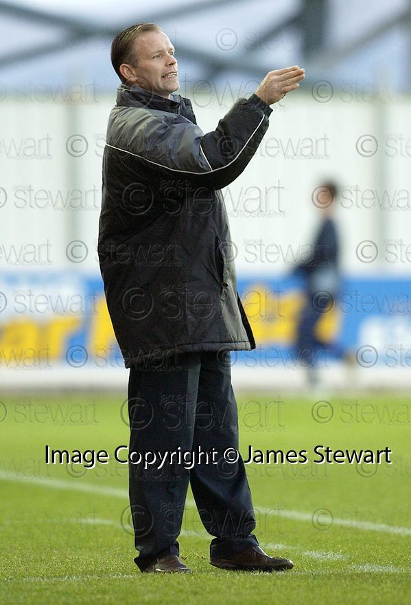18/12/2004  Copyright Pic : James Stewart.File Name : jspa19_falkirk_v_qots.JOHN HUGHES SHOUTS HIS INSTRUCTIONS.....Payments to :.James Stewart Photo Agency 19 Carronlea Drive, Falkirk. FK2 8DN      Vat Reg No. 607 6932 25.Office     : +44 (0)1324 570906     .Mobile   : +44 (0)7721 416997.Fax         : +44 (0)1324 570906.E-mail  :  jim@jspa.co.uk.If you require further information then contact Jim Stewart on any of the numbers above.........
