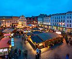 Deutschland, Mecklenburg-Vorpommern, Schwerin: Weihnachtsmarkt auf dem Marktplatz | Germany, Mecklenburg-West Pomerania, Schwerin: Christmas fair at market square