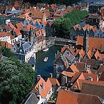 Belgium, West-Flanders, Bruges: View over rooftops and canal from the Belfry | Belgien, Westflandern, Provinzhauptstadt Bruegge: Blick vom Glockenturm des Rathauses ueber die Daecher der Altstadt und den Kanal